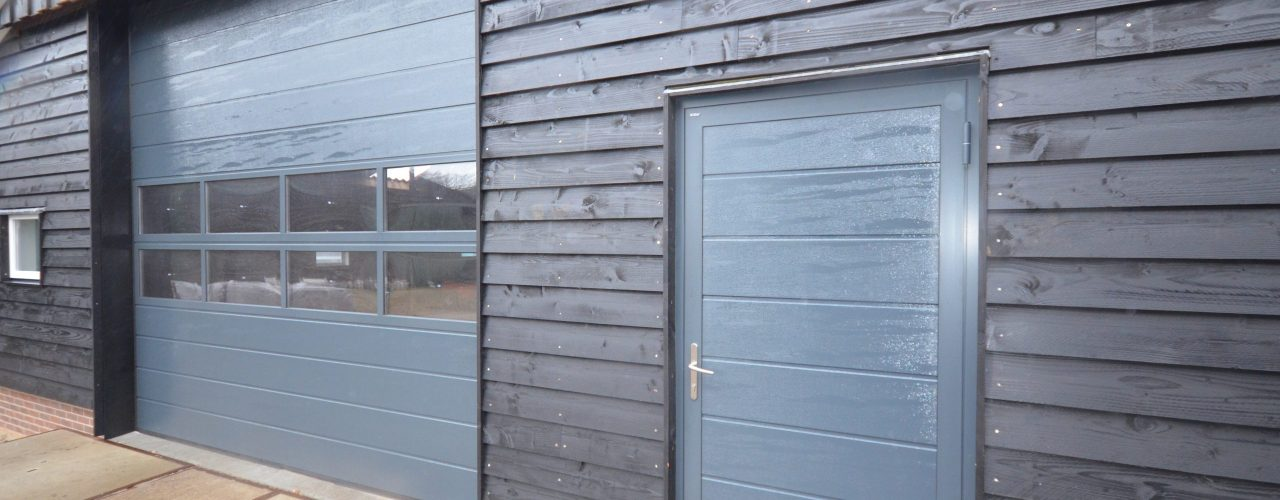 D1B aluminiumloopdeur strokend aan bedriojfsdeur